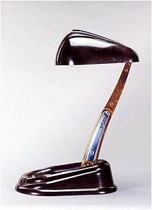 Die Teleskop-Lampe von Jumo Breveté aus dem Jahr 1945 wurde zum Synonym für zeitgemäßes Stromlinien-Design, ermöglicht durch das formfreudige Bakelit